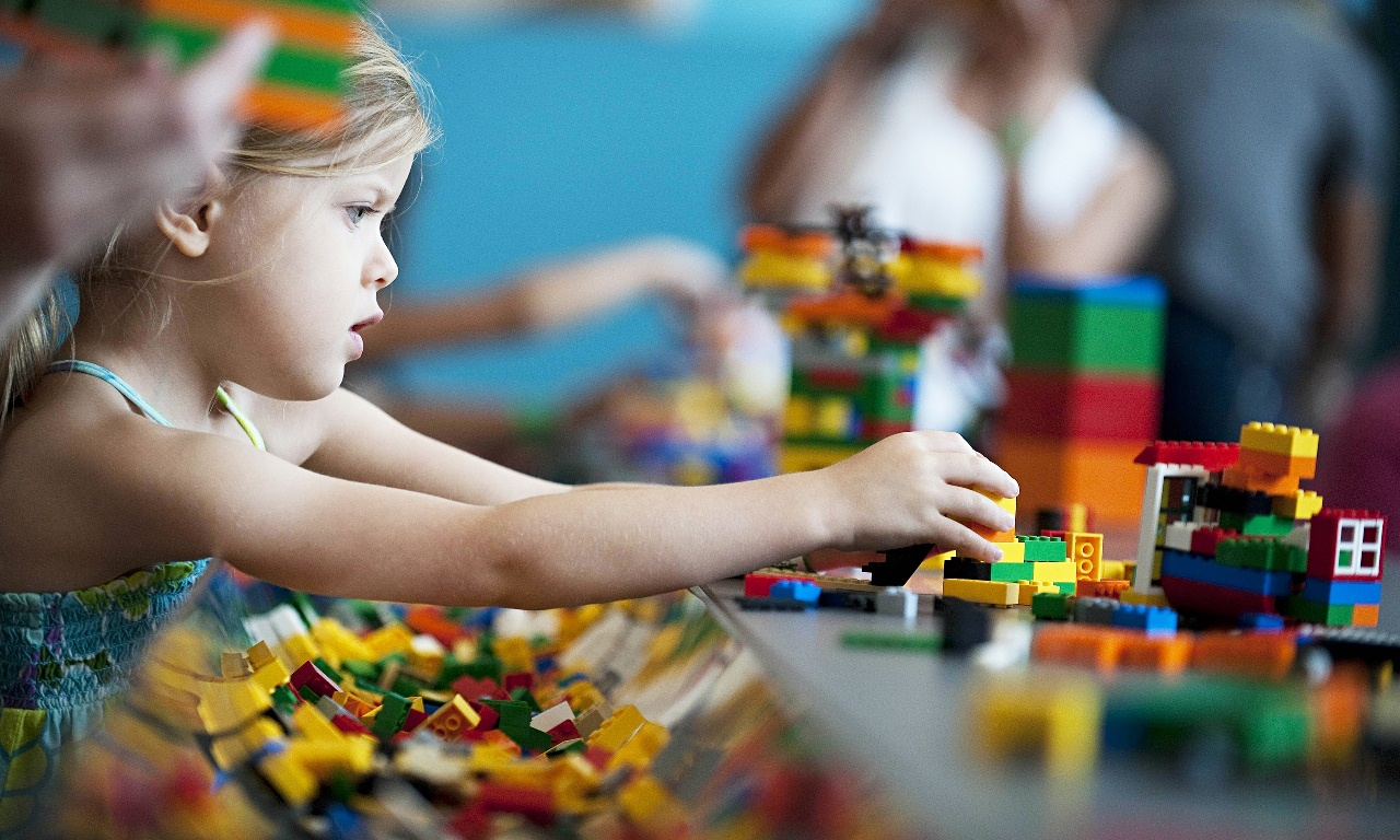 Child-playing-with-Lego-014