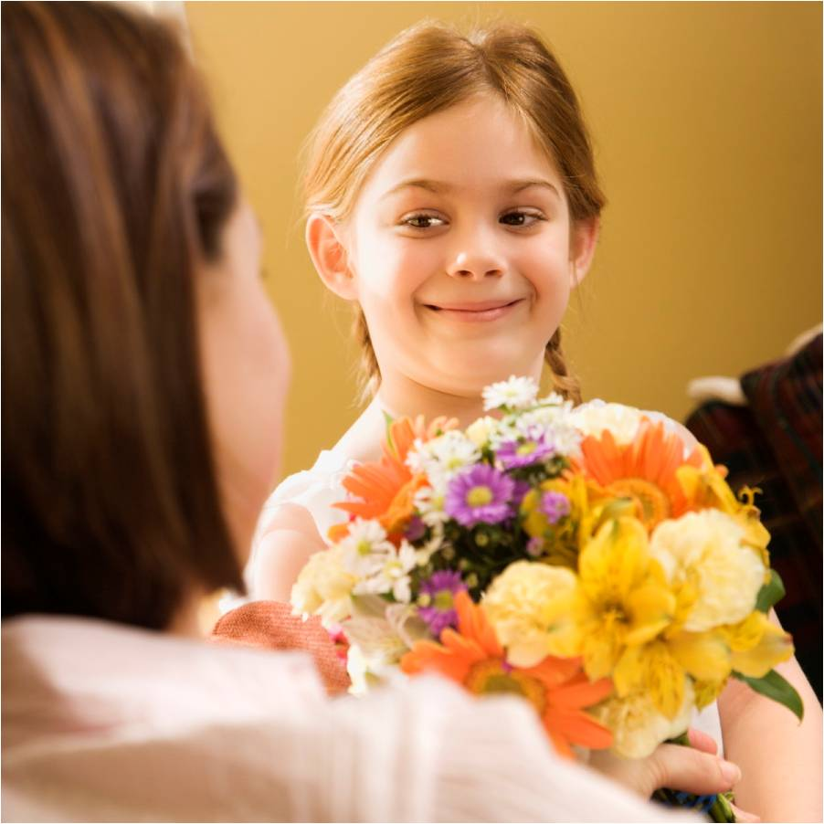 giving-flowers-to-mom