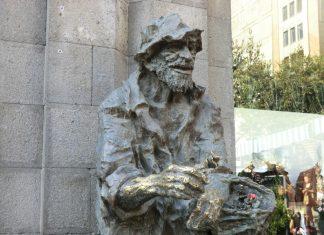 Կարաբալայի արձանը, ով ծաղիկներ է նվիրում, Հայաստան,Երևան