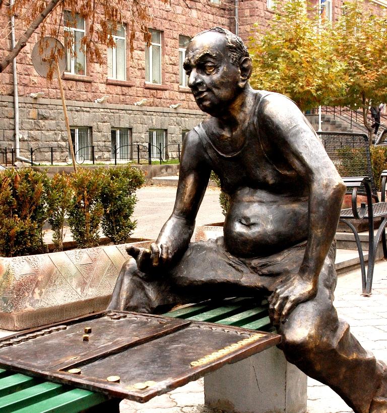 Նարդի խաղացողներին նվիրված արձան Երևանում