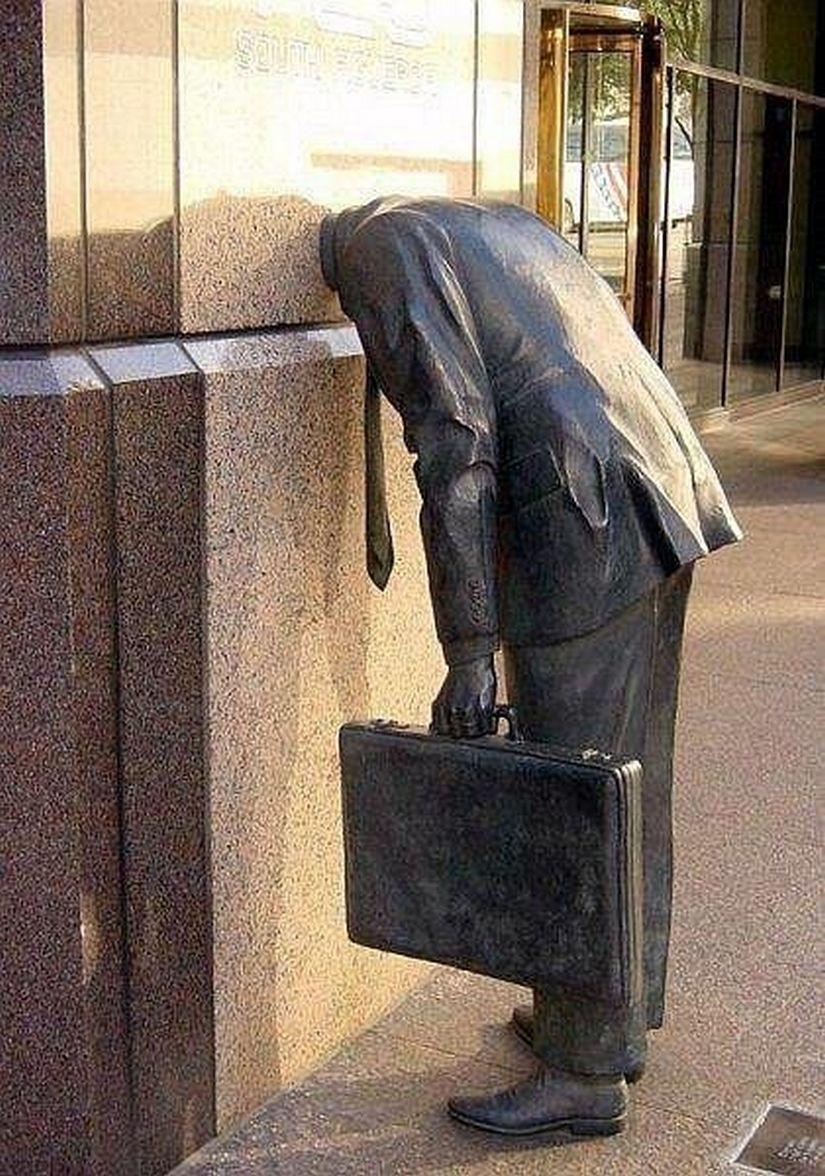 Ամենաաշխատասեր և հոգնած մարդու արձանը, ԱՄՆ, Լոս Անջելես, գտնվում է Ernst & Young ընկերության շենքի դիմաց