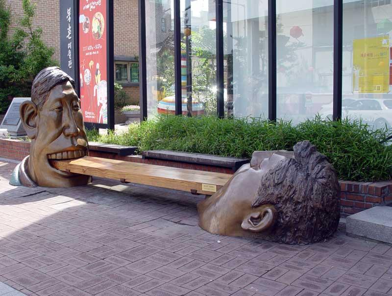 Թծվածքաբլիթների սրճարանի դիմաց գտնվող արձան-նստարան Կորեայում