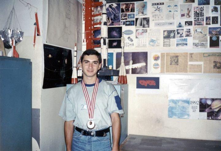 Ֆիզ.մաթ. դպրոցի և Տիեզերագիտական ակումբի սան Տիգրան Շահվերդյանը ֆիզիկայի միջազգային օլիմպիադայից ստացած բրոնզե մեդալով: